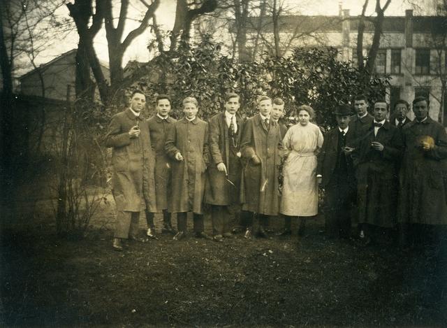 1709070 - Groepsfoto in een tuin. Waarschijnlijk vrienden van Harry Franken tijdens zijn HBS tijd.