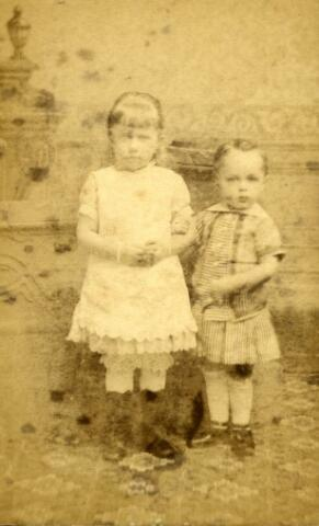 071479 - Johanna Maria Francisca Goijaerts, geboren te Tilburg op 24 augustus 1882, en haar broertje Franciscus Alardus Josephus Antonius Goijaerts, geboren te Tilburg op 1 april 1884, kinderen van Leonardus Johannes Goijaerts, architect, en Maria Clara Antonia Vermeulen.