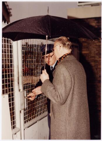 """039134 - Volt. Zuid. Gebouwen, Overdracht. Op 15 februari 1980 vond de overdracht plaats van Volt complex """"Zuid"""" aan de nieuwe eigenaar. De heer van de Velde van afdeling bewaking Volt, sluit, onder toeziend oog van de heer A. Hoevenaars, destijds directeur, voor het laatst de poort aan de Groenstraat 139."""