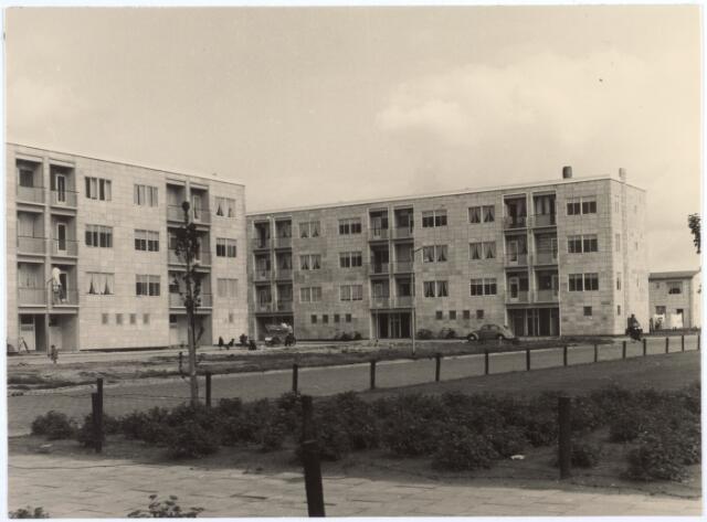 017284 - Flatwoningen aan de Caspar Houbenstraat. De architect prof. dr. ir. H. Zwiers ontwierp de wijk Jeruzalem in het zogenaamde Airey-systeem, een seriematig bouwsysteem waarbij betonstijlen en geprefabriceerde betonplaten in de gevels werden geplaatst.