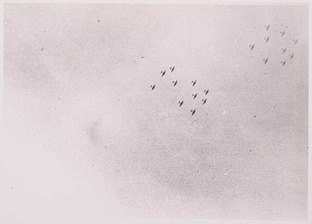 013139 - Tweede Wereldoorlog. Invasie. Geallieerde vliegtuigen zijn in 1944 te Tilburg veelvuldig te zien en te horen. Zogenaamde 'vliegende forten'  van de Amerikaanse luchtmacht voeren met de regelmaat van de klok bombardementen op Duitsland uit