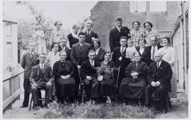 046154 - Huwelijk van Antoon Spierings en Betsie van der Ven op 28 augustus 1935 te Goirle. Zittend v.l.n.r. Wilhelmus van Falier geboren te Nieuwkuijk op 5 februari 1885, stiefvader van de bruid, Johanna Schelle geboren te Nieuwkuijk op 3 april 1886, moeder van de bruid en weduwe van Adrianus van der Ven, Antoon Spierings, geboren te Goirle op 30 maart 1904 en bij zijn huwelijk katoenwever van beroep, Betsie van der Ven geboren te Nieuwkuijk op 13 augustus 1909, haar schoonouders Hanneke Eijsermans geboren te Goirle op 23 augustus 1870 en Drik (Adriaan Hendrikus) Spierings geboren te Goirle op 24 februari 1869. Op de tweede rij v.l.n.r. Harrie Spierings geboren op 7 apri; 1914, Lena Spierings geboren te Goirle op 1 juli 1905, Sjef Spierings geboren te Goirle 15 november 1901, Gust van den Hout geboren te Goirle op 26 september 1910 en zijn vrouw Adriana J. (Anna) van der Ven geboren te Nieuwkuijk op 15 september 1910, Willem Spierings geboren te Goirle op 14 februari 1903 met zoon Henk geboren te Goirle op 31 oktober 1934, Pietje Spierings-van Wezel, geboren te Goirle 12 juli 1905, Janus Spierings geboren te Goirle 9 augustus 1899 en zijn vrouw Lien van Gool geboren te Tilburg op 30 september 1905. Op de laatste rij v.l.n.r. Rieka van Falier geboren te Nieuwkuijk op 1 maart 1920, Sjaan van der Ven, geboren te Nieuwkuijk op 28 mei 1913 en Bertus van der Krabben, geboren te Elshout op 11 april 1914, Harrie van der Ven, geboren te Nieuwkuijk op 22 oktober 1911, Fien Spierings geboren te Goirle op 15 september 1906 en Jet Spierings geboren te Goirle op 3 juni 1909.