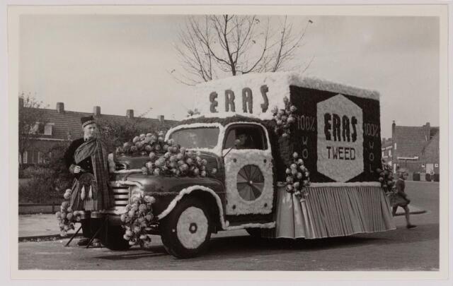043130 - Wol- en bloemencorso b.g.v. het 10-jarig bevrijdingsfeest. Wagen van H. Eras & zn.