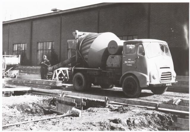 039230 - Volt, Algemeen, Gebouwen, Nieuwbouw. Bouwaktiviteiten voor de bouw van het afvalmagazijn Y op complex Zuid dat gereed kwam in 1960.