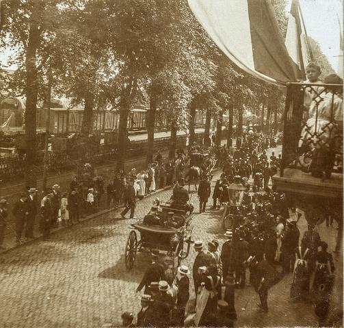 653507 - Straatbeeld. Spoorlaan ter hoogte van het Stationsplein. Militaire muziekwedstrijd 17, 18 en 19 juni 1905. Militaire parade. (Origineel is een stereofoto.)