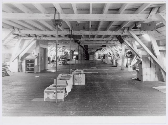037954 - Textiel. Magazijnruimte in de zogenaamde 'hoogbouw' van wollenstoffenfabriek George Dröge aan de Goirkestraat. Thans is hier een ontvangstruimte voor groepen van het Nederlands Textielmuseum