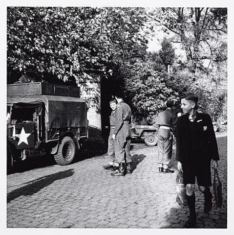 012146 - Tweede Wereldoorlog. Schotse militairen bij het Wilhelminapark bij een bevrijdingsfeest