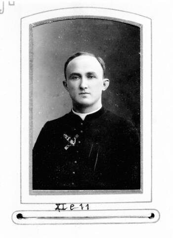 048473 - Bernardus Maria Joannes van Riel, geboren te Tilburg op 6 november 1877 als zoon van Peter van Riel en van Maria Catharina Peijnenborg. Bernardus legde zijn kloostergelofte af op 26 september 1898 en werd vijf jaar later, op 16 augustus 1903, tot priester gewijd. Pater van Riel vertrok in 1908 naar de missiepost te Surigao op de Phillipijnen. Pater Bernardus van Riel overleed op 31 augustus 1921 te Manilla.
