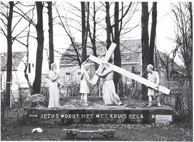 """028229 - Kruisweg van Jezus,  2e statie:""""Jezus wordt met het kruis beladen"""""""