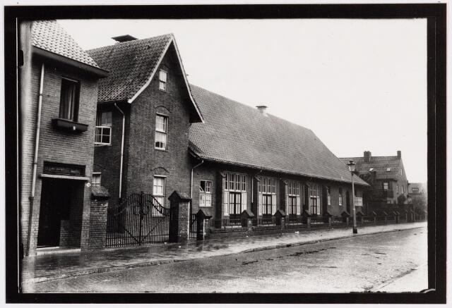 049679 - Parochiehuis van de Theresiaparochie aan de Sasse van Ysseltstraat.