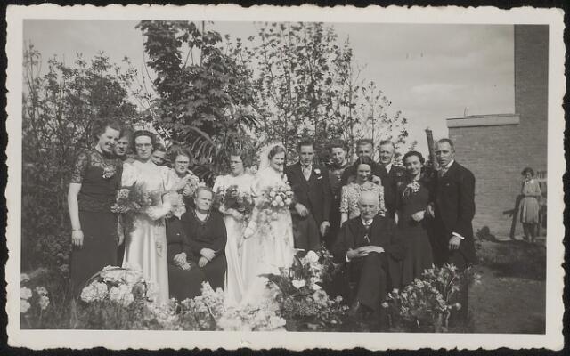 603793 - Bruiloft van Johannes A.H.E.M. Kruijssen geb Tilburg 19-1-1910 overl BerkelEnschot 3-4-1981 en Johanna M.C.A. Aarts geb Tilburg 24-7-1911 overl Goirle 15-9-1969, Vlnr: Trees Krols-Kruijssen, daarnaast met bloemen Riet van Iersel-Kruijssen, half zichtbaar moeder Anna daarnaast moeder bruid, naast bruidegom: Lien van de Schoot-Kruijssen, derde van rechts Charles van de Schoot, tweede van rechts Riet Koolen, helemaal rechts Ad Kruijssen, man zittend voor: vader (van?).  Foto waarschijnlijk kort voor de Tweede Wereldoorlog