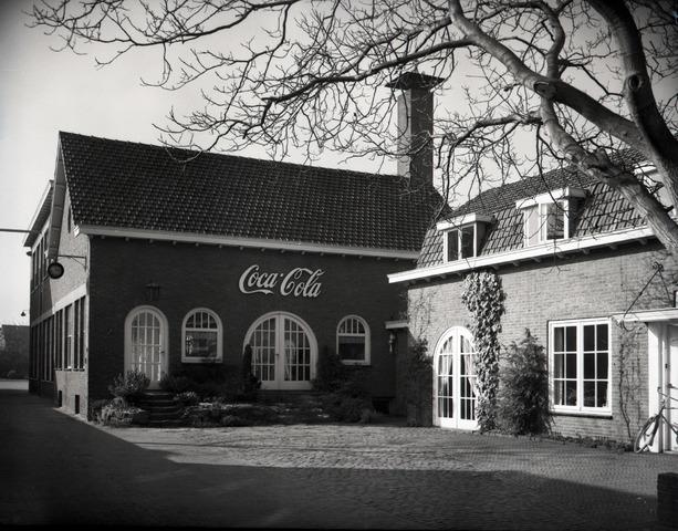 653825 - Industrie. Exterieur van de Coca Cola-fabriek .