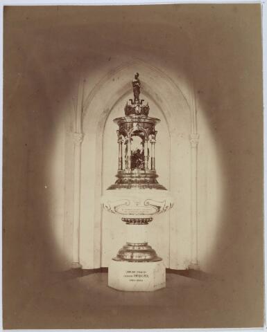 019644 - Doopvont in de Goirkese kerk. Het werd vervaardigd door Berton van Menten uit Antwerpen in 1876. De vont is uitgevoerd in marmer, het deksel is van koper. Onder de koepel een beeldengroep van St. Dionysius en zijn gezellen