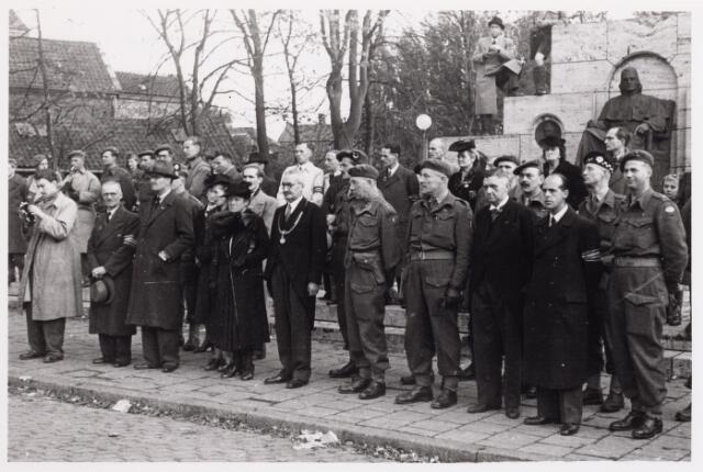 012534 - WO2 ; WOII ; Tweede Wereldoorlog. Bevrijding. Burgemeester Van de Mortel en zijn vrouw kijken samen met Britse officieren naar een parade van Schotse pijpers op de Markt. Het gezelschap staat voor het beeld van mgr. Zwijsen