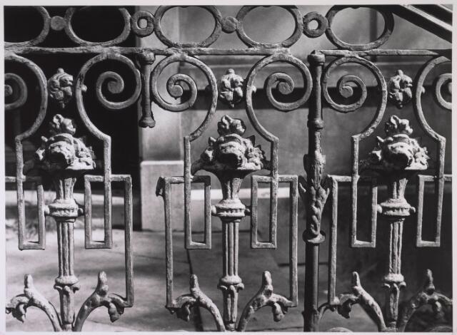 023905 - Hekwerk voor de entree van villa Koningshoeven 20 halverwege 1980