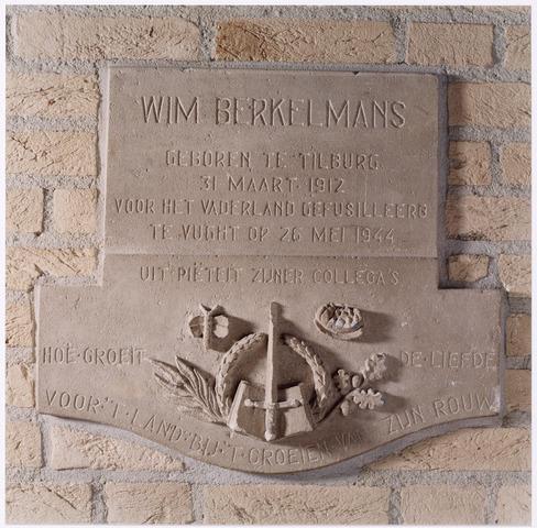 044659 - Tweede Wereldoorlog. Het monument voor W.A.J. Berkelmans in Tilburg is opgericht ter nagedachtenis aan de ambtenaar en verzetsman die op 26 mei 1944 in kamp Vught is gefusilleerd. Bevindt zich in het gemeentehuis / stadhuis van Tilburg, ontworpen door Frater Gamaliël.