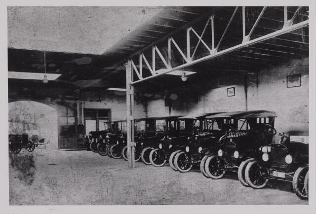 040396 - Motorvoertuigen. Hal met Fordauto's  van de garage van Th.A.M: Knegtel, handelaar in auto's. Forddealer. De eerste zending Fords uit Detroit Amerika.