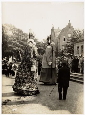 048927 - De Folklorestoet 'Brabant is sijn eugen lant' trekt op 21 juli 1929 door het centrum van Tilburg. De Reuzen dansen, zij zijn afkomstig uit Venlo van de schuttersvereniging aldaar.