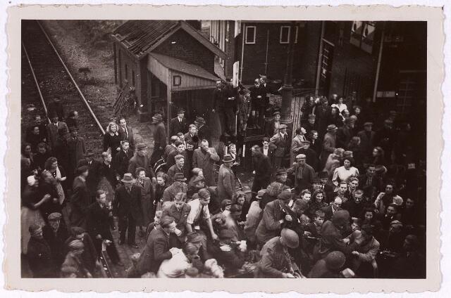 013271 - Tweede Wereldoorlog. Bevrijding.  Een grote menigte heeft zich op de Heuvel, nabij café Kras, verzameld om de bevrijders te verwelkomen
