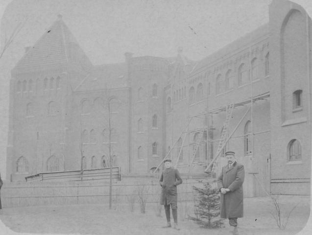 105207 - De bouw van het klooster is bijna gereed, getuige de enkele steiger met ladders. Op de voorgrond de architect en/of aannemer? St. Paulusabdij in het tweede decennium van de 19e eeuw. De abdij werd gebouw tussen 1906 en 1910. Kloosters. Sint Paulusabdij.