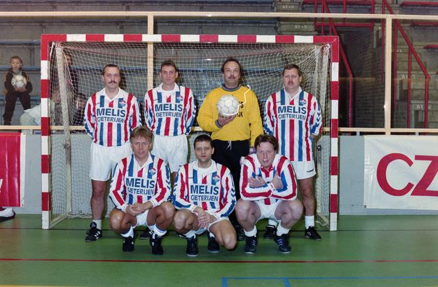 1237_001_029-2_008 - Sport voetbal Willem II amateurs. Teamfoto voor een goal tijdens een zaalvoetbal competitie op 3 januari 1999.