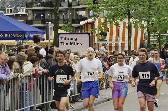 TLB023000545_004 - Deelnemers en publiek Tilburg Ten Miles. Edith van Aarle met nummer 749 en Jac Stabel met nummer 743.