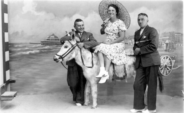 064447 - V.l.n.r. Maup Hollander, Ria van Son-Donders en haar man Jos van Son.