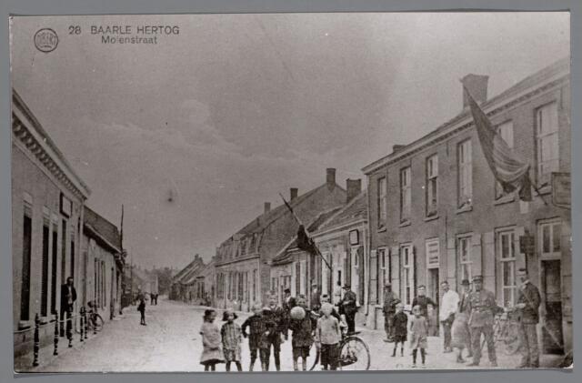 065522 - Inkijk in de Molenstraat te Baarle-Hertog; geheel links de heer Cornelissen, met hoed burgeemster van Gilze en links de heer Kimenay