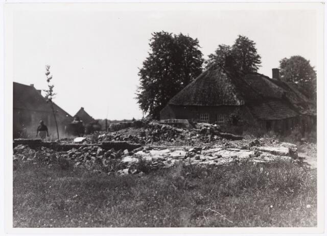 008550 - Slooprestanten vermoedelijk huis aan de Berkdijk, naast boerderij, gefotografeerd door Henri Berssenbrugge (1873-1959) in 1923.