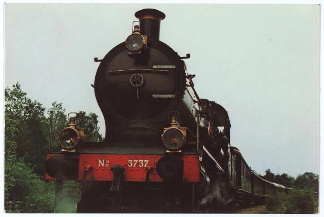002296 - De spoorlijn van Tilburg naar Turnhout werd op 1 oktober 1867 in alle stilte geopend, zowel voor het vervoer van goederen als personen.  De lijn was vooral belangrijk voor de aanvoer van steenkool uit de Borinage voor de Tilburgse textielfabrieken. Het vervoer van personen werd reeds in 1872 beperkt. De lijn is nooit erg belangrijk geworden. Het internationale vervoer ging vooral via Roosendaal, terwijl de lijn in 1909 concurrentie kreeg van de tram. Uiteindelijk zou het treinvervoer over het zogenaamde 'Bels lijntje' dood bloeden. In 1934 werd het personenvervoer stop gezet en in 1973 het goederenvervoer. De zijlijn van Riel naar Goirle, voornamelijk bestemd voor aanvoer van kunstmest voor de landbouwers en grondstoffen voor de Goirlese textielfabrieken, werd tijdens de Tweede Wereldoorlog door de Duitsers opgebroken en is nooit meer hersteld. Vanaf 1974 begon de 'Stichting Stoomtrein Tilburg-Turnhout' (S.S.T.T.) met toeristische stoomtreinreizen van Tilburg tot de grens en terug, maar in 1982 kreeg  de stichting geen toestemming meer om het 'Bels lijntje' te berijden.  In 1986 verdween de rails op Belgisch gebied en kort daarna ook in Nederland. In 1990 werd ter plaatse van het voormalige spoor een fietspad geopend van Tilburg naar Turnhout. Op de foto locomotief 3737, eigendom van het Spoorwegmuseum in Utrecht. Deze locomotief reed vanaf 1974 op het 'Bels lijntje' van Tilburg naar de grens.
