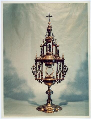 019622 - Kunstschatten; kerkschatten.  Monstrans van de parochie St. Dionysius (Goirke) uit 1892. Het is vervaardigd van verguld zilver en bezet met diamanten. Op de voetrand staat de tekst: Tribus filliisis sacerdotio innitiatis me vovent Iesu Christo Hubertus ac Ioanna eras