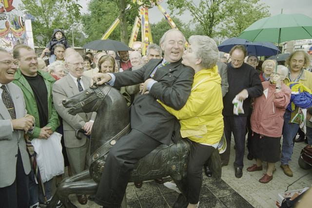 TLB023001305_002 - Onthulling van het kermispaard. Jan Melis op het paard met een enthousiaste dame achterop.