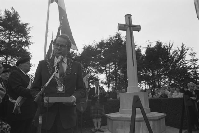 TLB023000112_002 - WO2 ; WOII ; Toespraak Burgemeester Brokx tijdens de Bevrijdingsfeesten in 1989 op Begraafplaats Vredehof,  Deze begraafplaats heeft een Brits ereveld met 76 doden uit de Tweede Wereldoorlog, afkomstig uit de landen van het Brits Gemenebest. Het herdenkingskruis is uitgevoerd in natuursteen met een bronzen zwaard, naar een ontwerp van Sir Reginald Blomfield.