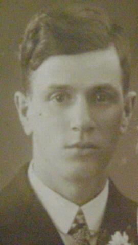 604537 - Joseph Gompers, hij werd geboren op 14 oktober 1901 in Gouda en overleed op 28 februari 1943 in het concentratiekamp Auschwitz. Begin oktober 1942 werd één joodse inwoner van Tilburg (J. Gompers) bij de ontruiming van de joodse werkkampen,  overgebracht naar kamp Westerbork. Joseph Gompers verbleef sinds 31 juli 1942 in een kamp in Nijverdal. Vandaar werd hij eerst overgebracht naar Westerbork en daarna getransporteerd naar Auschwitz waar hij overleed.