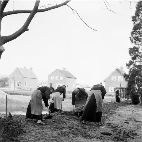 050211 - Bijenkast observatiepost. 1e spade parochiehuis, paters capucijnen.