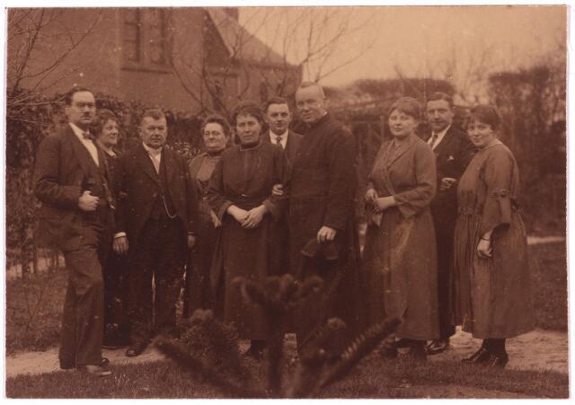 003787 - Adrianus Josephus van den BREKEL (1876-1956), temidden van zijn familie, in de tuin van de pastorie van Zevenbergschen Hoek, waar hij pastoor was van 1921 tot 1934.  V.l.n.r.: Jos van den Brekel, Clara van den Brekel-Verschuuren, Charles van den Brekel, Anna van den Brekel-Van der Schoot, Rosalie van den Brekel-Scholberg, Jac van den Brekel, pastoor A.J. van den Brekel, Thea van den Brekel-Pierson, Harry de Bont, Jeanne de Bont-Van den Brekel.