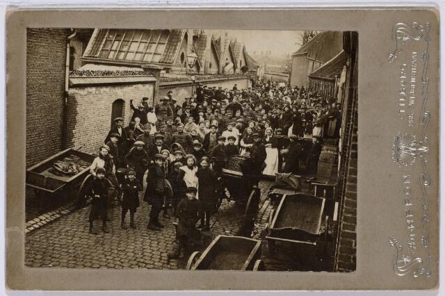 102032 - Voedselvoorziening. Distributie van vis in de Schoolstraat tijdens de Eerste Wereldoorlog.