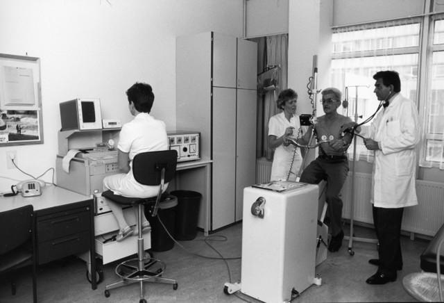 1238_F0080 - Maria Ziekenhuis. 1966-1997, daarna fusie met St. Nicolaas ziekenhuis Waalwijk. De naam verandert in Tweesteden ziekenhuis.  Afdeling cardiologie, inspanningstest, dokter, verpleegkundigen en patiënt.