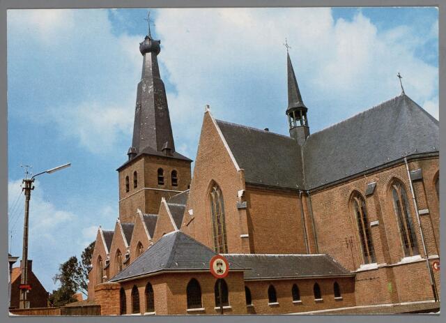 065621 - De zestiende-eeuwse St. Remigiuskerk, welke van oudsher tot in 1860 de parochiekerk van de beide Baarles was. Tijdens de bevrijding van het dorp door de militaire van  de Poolse panserdivisie raakte de kerk op 2 oktober 1945 in brand, waarschijnlijk door uitgeworpen fosforbommen, slechts een ruimte bleef over. Deze opname met de oude schrans of kerkhofmuur werd omstreeks 1909 gemaakt tijdens het pastoraat van L.P. Ghijsels (1886-1920)