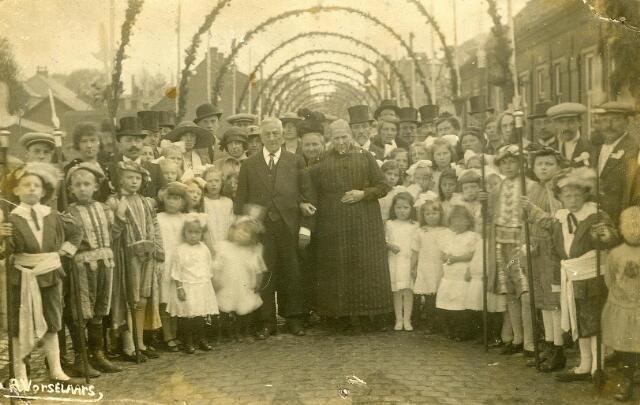 200483 - Groepsportret. Gouden Bruiloft van Janus van Bladel en Maria Couwenberg in 1906. Zij woonden in de Schijfstraat waar deze foto is genomen door Antoon Vorselaars. Hij maakte 6 bruine afdrukken en 11 zwarte zo staat op de achterzijde te lezen.