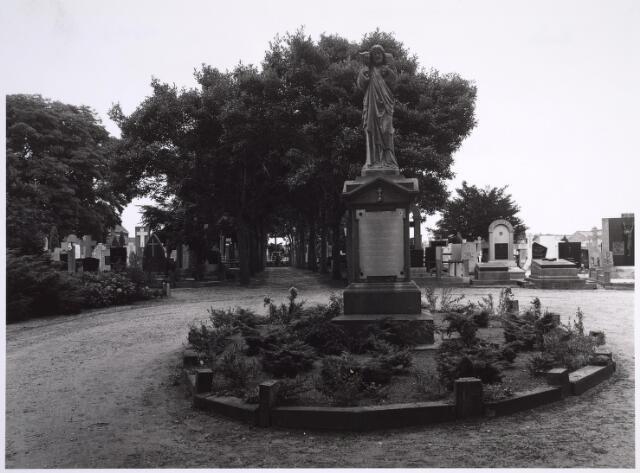 025007 - Monument bij de ingang van het kerkhof aan de Laarstraat. Het beeld van de Goede Herder is een herinnering aan Henricus Antonius van Dooren, geboren op 23 januari 1811 te Veghel. Hij werd priester gewijd op 14 maart 1835 en was daarna kapelaan in Tilburg (Heike). Vanaf 1850 tot aan zijn overleden op 13 november 1886 was hij in Tilburg de eerste pastoor van de parochie Korvel.