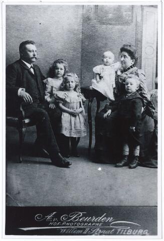 004441 - Echpaar HENSEN-VERBUNT en kinderen. Johannes Hensen (Rotterdam 1863 - Tilburg 1922), was arts, en vestigde zich eerst in Ewijk en in 1901 in Tilburg op de Heuvel. In 1905 promoveerde hij tot doctor in de geneeskunde in Leiden. Hij was in 1898 was in Tilburg getrouwd met Maria Theresia Renildis Verbunt (Tilburg 1863 - 1941). Het meisje links is Pia Josepha Maria (Ewijk 1899 - Tilburg 1983), die in 1923 trouwde met de chirurg Adrianus C. M. Beukers (1885-1969). Voor haar staat Cornelia Augusta Maria (Ewijk 1900), die in 1920 trouwde met Ludovicus P. H. M. van Baar. Rechts staat Jef (geb. 1901). (reproductie; origineel niet in collectie aanwezig)