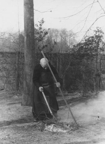 105296 - Werk in de tuin van de Sint Paulusabdij.  Kloosters. Sint Paulusabdij.