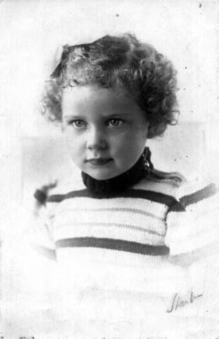 604354 - Tweede Wereldoorlog. Oorlogsslachtoffers. Edith Helena Bartels (1940-1944). Edith en haar ouders werden op 28 augustus 1942 opgeroepen voor deportatie, maar werden in Tilburg weer vrijgesteld tot 30 september 1942. Vervolgens dook het gezin onder op twee verschillende adressen. Edith werd ondergebracht bij een pleeggezin in Apeldoorn, waar zij in augustus 1944 door de Duitsers werd opgepakt. Via kamp Westerbork en Theresienstadt kwam zij op 4 oktober in Auschwitz aan waar zij twee dagen later is overleden. Haar ouders hebben de oorlog overleefd en vestigden zich na de bevrijding weer op het oude adres in Tilburg. Zij hebben nooit geweten wat er met Edith Helena is gebeurd. Onlangs werd de zuster van Edith als eerste Nederlandse, op verzoek van het Rode Kruis, toegelaten tot het ITS-oorlogsarchief in Bad Arolsen. Zij vond uiteindelijk het bewijs voor het overlijden van haar toen vierjarig zusje op 6 oktober 1944 in Auschwitz.