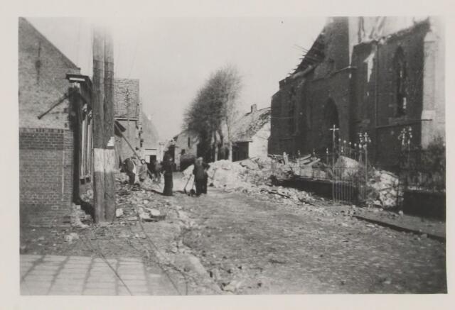 082223 - WOII; WO2; Het puin van de toren ligt in de Kerkstraat. Kort voor de bevrijding werd de kerktoren door de terugtrekkende Duitsers opgeblazen. Men was bang dat deze toren door de geailieerden werd gebruikt als uitkijktoren voor de artillerie.