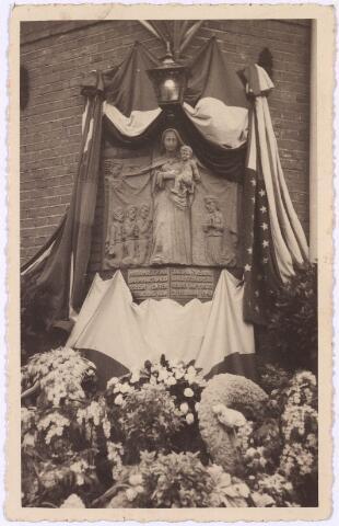 013700 - WO2 ; WOII ; Tweede Wereldoorlog. Verzet. Zojuist onthulde gedenksteen in de gevel van het pand Diepenstraat 25, waar verzetstrijdster Coba Pulskens woonde