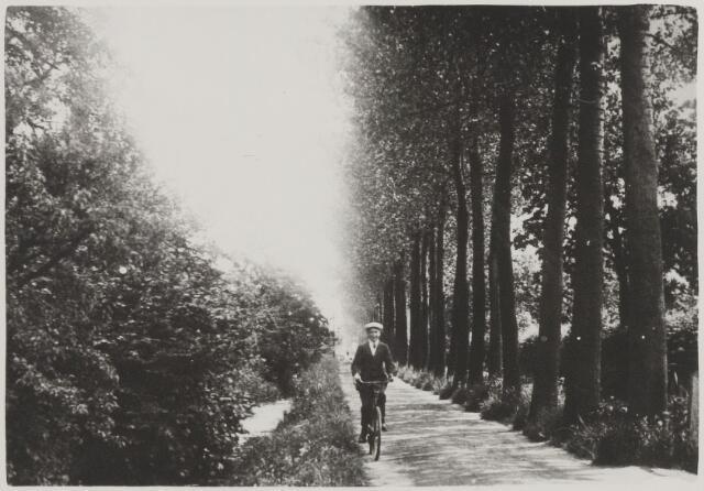 058518 - Emmalaan. De laan was lange tijd een zijpad van de Hoofdstraat, belegd met koolas. Door de bewoners bijlesteeg genoemd naar Gerrit Bijl, die hier een winkel had. In 1956 is de Emmalaan verhard en aangesloten met de Julianalaan.
