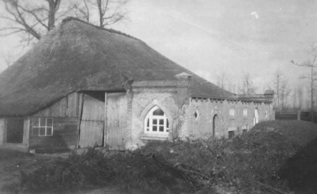 105221 - Stal met aanbouw op het terrein van de Sint Paulusabdij, in 1946. Kloosters