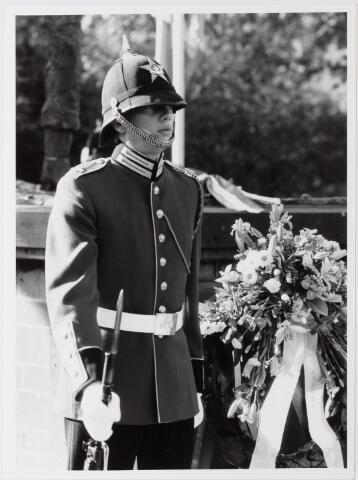 043230 - Kranslegging bij het monument Prinses Irene Brigade b.g.v. 'Tilburg 40 jaar bevrijd'.