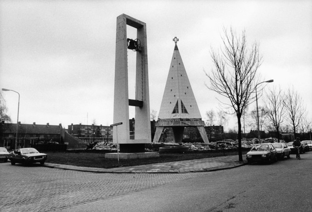 1238_F0239 - Sint Maartenskerk In 1963 gebouwd. Ontworpen door Sjef Schijvens. De glas-en-loodramen zijn van Jan Dijkers. Afbraak van de kerk in 1983.